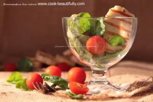 Салат с жареным сыром Halloume и шпинатом